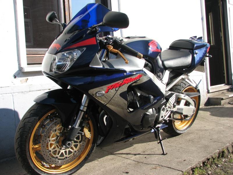 ma moto enfin terminée prete pour la saison super beau mon capot de selle 01111