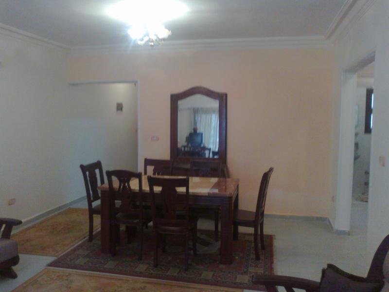 شقة للإيجارمفروش عمارة ومبي مكيفة الدور الرابع علوي غرفتين وصالة لوكس - المعمورة الشاطيء  22012011