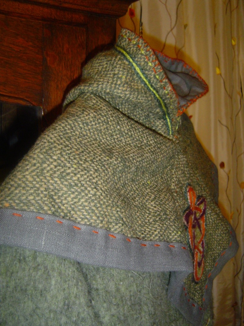 Vu que j'étais lancée, j'ai cousu un chaperon pour on viking de beau-fils... Dsc00715