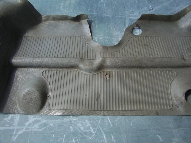 caoutchouc gris sous le tableau de bord (parois verticales)  003_910