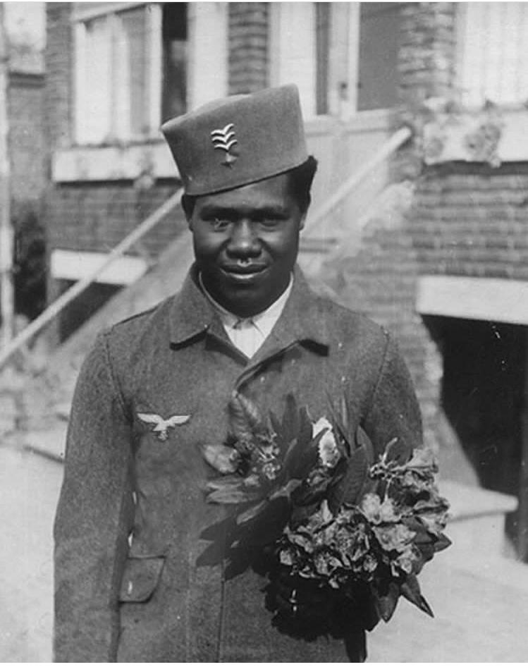 Un africain en uniforme de la luftwaffe 5ed9e510