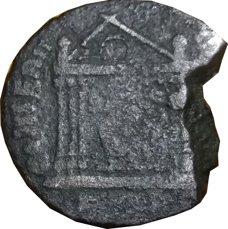 Identification romaine avec un temple  (MAXENCE RIC 210 Rome ou Aquilée  ) Temple11