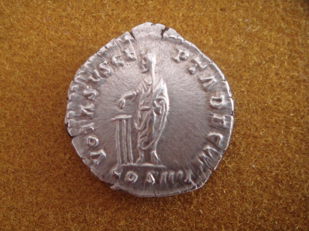 Denario de Antonino Pío. VOTA SVSCEPTA DEC III. Emperador efectuando sacrificio. Roma. Dsc00315