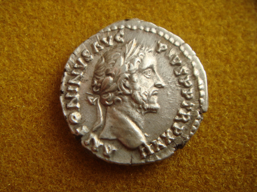 Denario de Antonino Pío. VOTA SVSCEPTA DEC III. Emperador efectuando sacrificio. Roma. Dsc00316