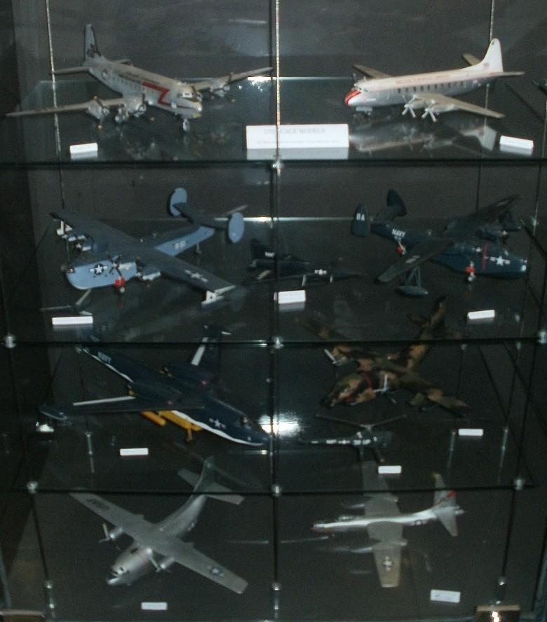 Pour Roger ... Nouvelle série de maquettes 1/72 au MAE P4272813