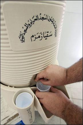 Zamzam, une eau aux vertus miraculeuses très prisée par les pèlerins 20012110