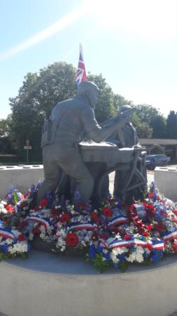 Stèle honorant la résistance / le SOE en Normandie 20210616