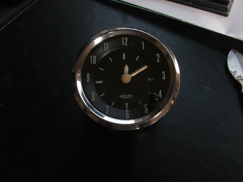 une horloge jaeger de voiture chinée en brocante Dscf4910