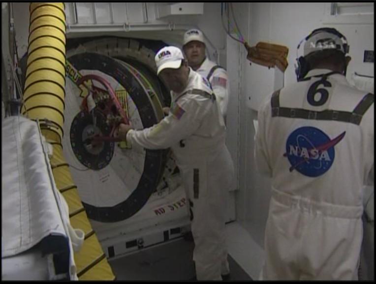 [STS-127: Endeavour] Lancement : tentative 6 (15/07 à 22h03 GMT) - Page 5 Fermet11