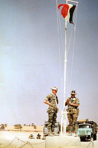 Pour les anciens du 60° EBIMa du 6° RIAOM du TCHAD,dernière descente des couleurs Tricolores Françaises Bleu Blanc Rouge le 17 février 1973 à Faya-Largeau(Sources Google) Descen11