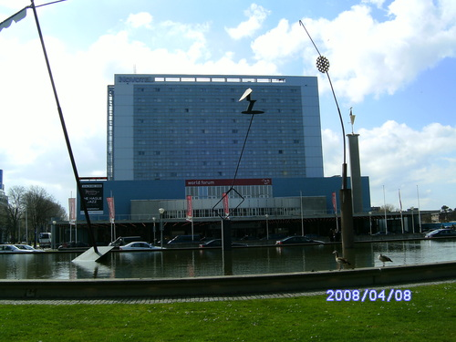 Entrée d'un parking souterrain dans une fontaine - La Haye - Pays-bas 95824810