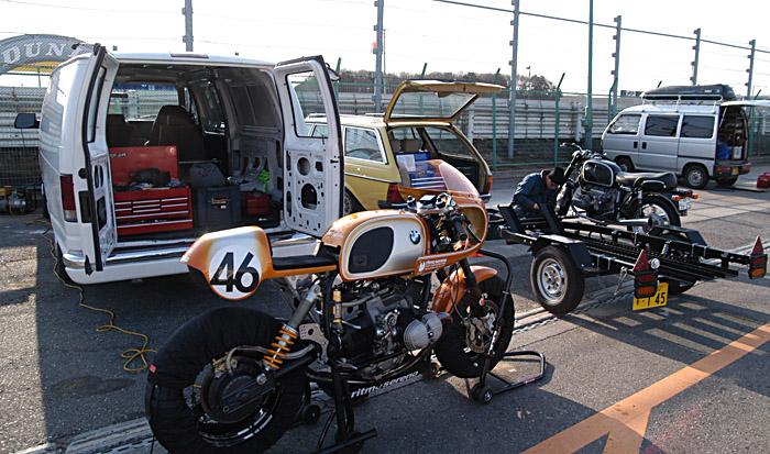 C'est ici qu'on met les bien molles....BMW Café Racer - Page 2 09-3-110