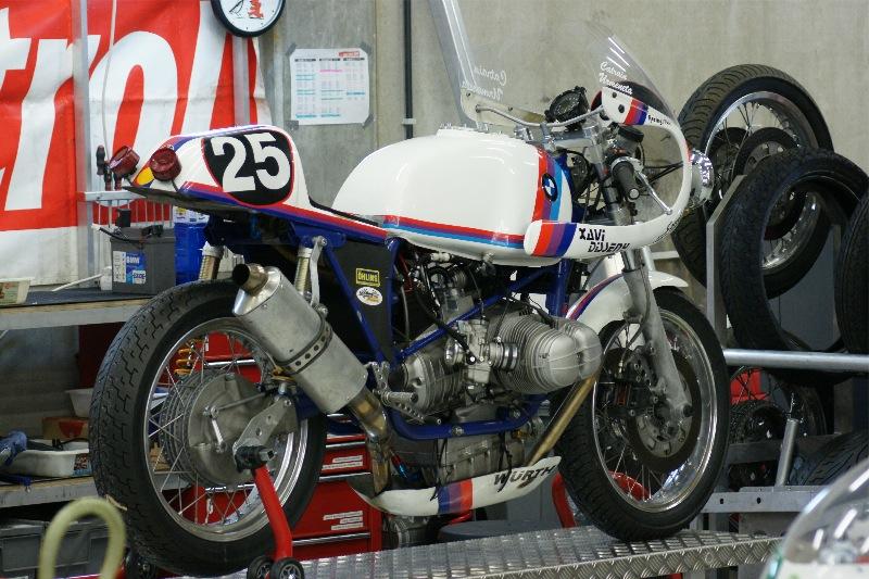 C'est ici qu'on met les bien molles....BMW Café Racer - Page 2 Dsc00610