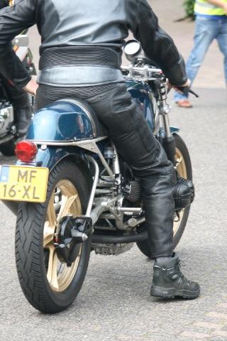 C'est ici qu'on met les bien molles....BMW Café Racer - Page 2 Foto-i10