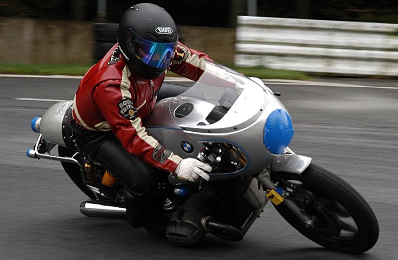 C'est ici qu'on met les bien molles....BMW Café Racer - Page 2 Osaku11