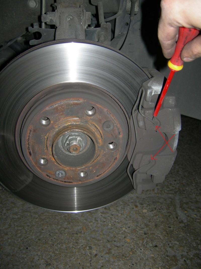 [Tuto] Remplacement des disques et plaquettes de frein Avant Dscn8610