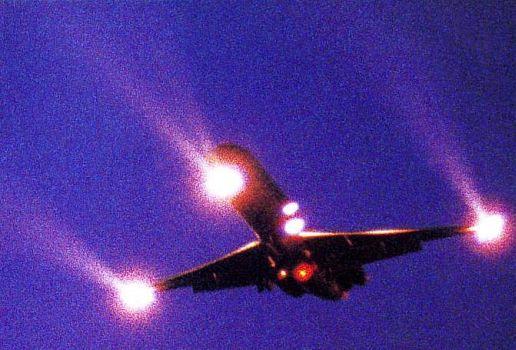2012: le 16/06 à 4 h 10 - avion insolite 3 feux orange fixe et trainée - lyon (69)  Ai-pl-10