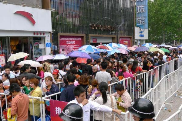 L'image du jour : 10 000 chinois font la queue pour acheter de l'or  Gold_l10