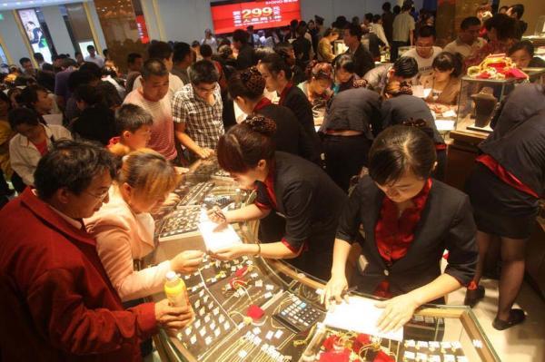 L'image du jour : 10 000 chinois font la queue pour acheter de l'or  Gold_l11