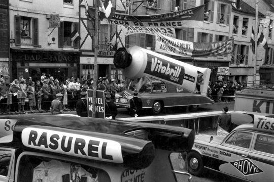 Les véhicules de la Caravane du Tour de France 1950's & 1960's - Page 2 Voitu-10