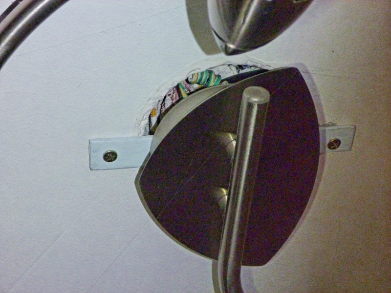 Installer un luminaire au plafond P1000411