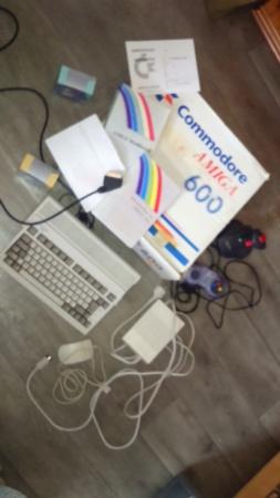 est commodore amiga 600 En boîte plus notice divers jeux accessoires. cancre  Dsc_1196