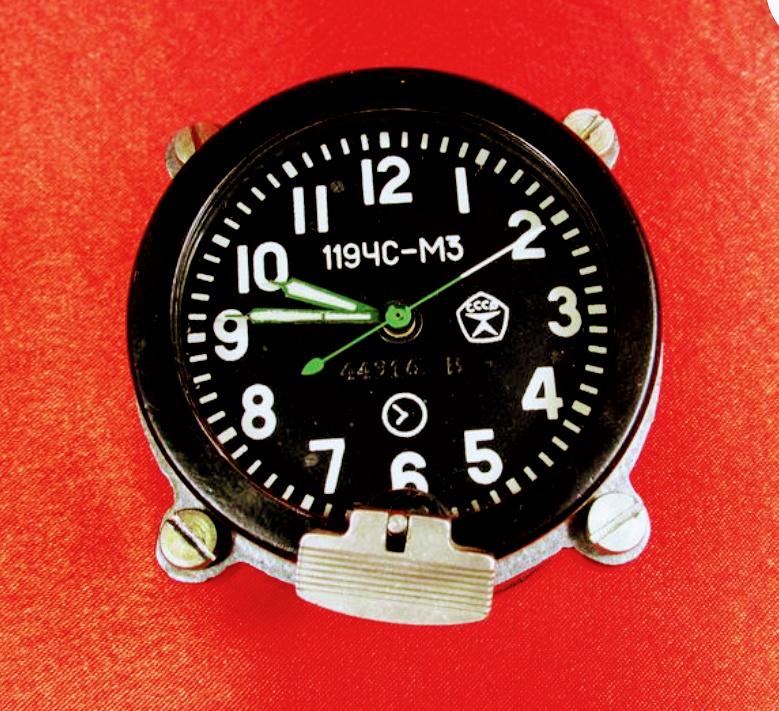 """Horloge de table """"Tank"""" de Molnija Screen10"""