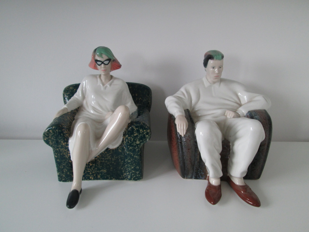 DISTINCTIVE STUDIO CERAMIC POTTERY MAN WOMAN ON SOFA CHAIRS PINK GREEN HAIR Img_5411