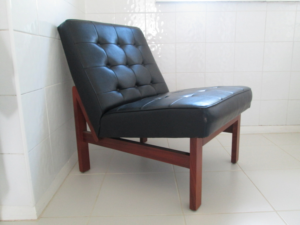 LOW MODERNIST VINTAGE LOUNGE CHAIR TUFTED FAUX LEATHER & WOOD NO ARMS Img_8815