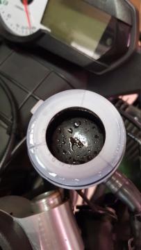 Gouttes sur la membrane du bocal de liquide de frein 2020-010