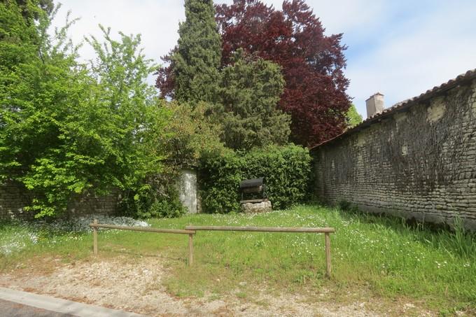 un dimanche de mai ,un beau petit village  pour un pique nique charentais Img_2913