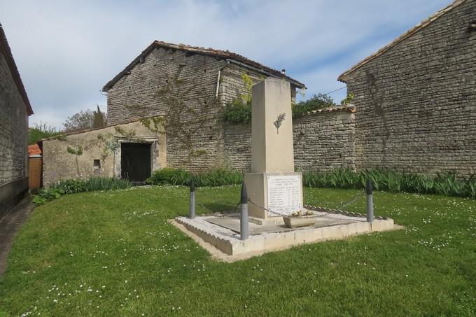 un dimanche de mai ,un beau petit village  pour un pique nique charentais Img_2934