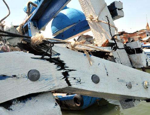 Thi công chống thấm, gia cường bề mặt vỏ tàu bằng vật liệu siêu bền Polyurea ! Tau_ca10