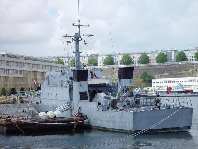 [Autre sujet Marine Nationale] Démantèlement, déconstruction des navires - TOME 1 - Page 4 Persee15