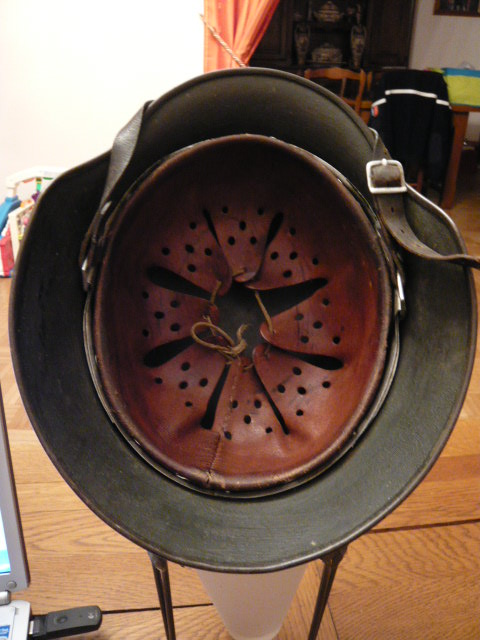 Camouflage pas courant sur un casque allemand. P1000811