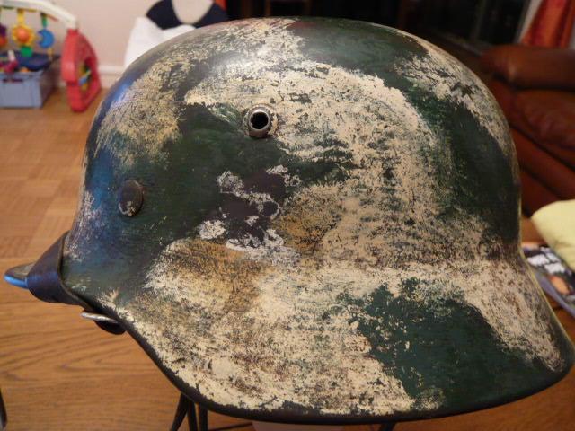 Camouflage pas courant sur un casque allemand. P1000812