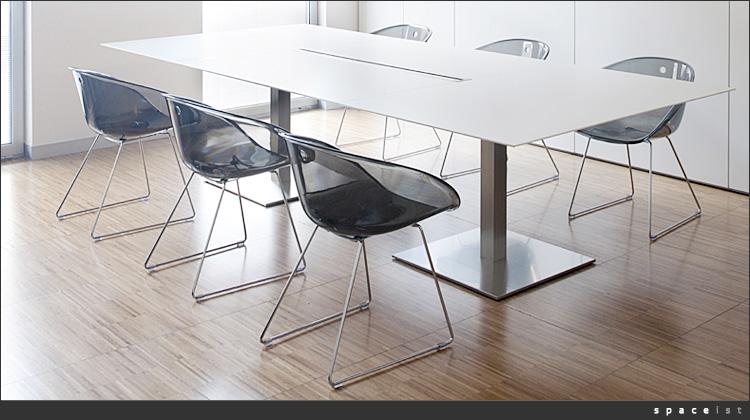 voulez-vous m'aider à trouver des chaises? Table-13