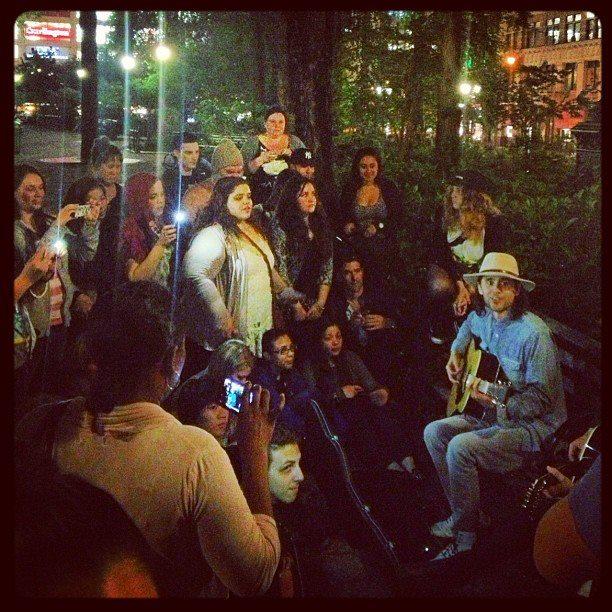 Jared Leto et Jamie Reed improvisent un concert dans les rues de NYC  94188110