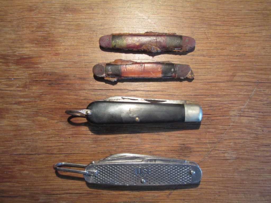 les couteaux pliants militaires. 00150