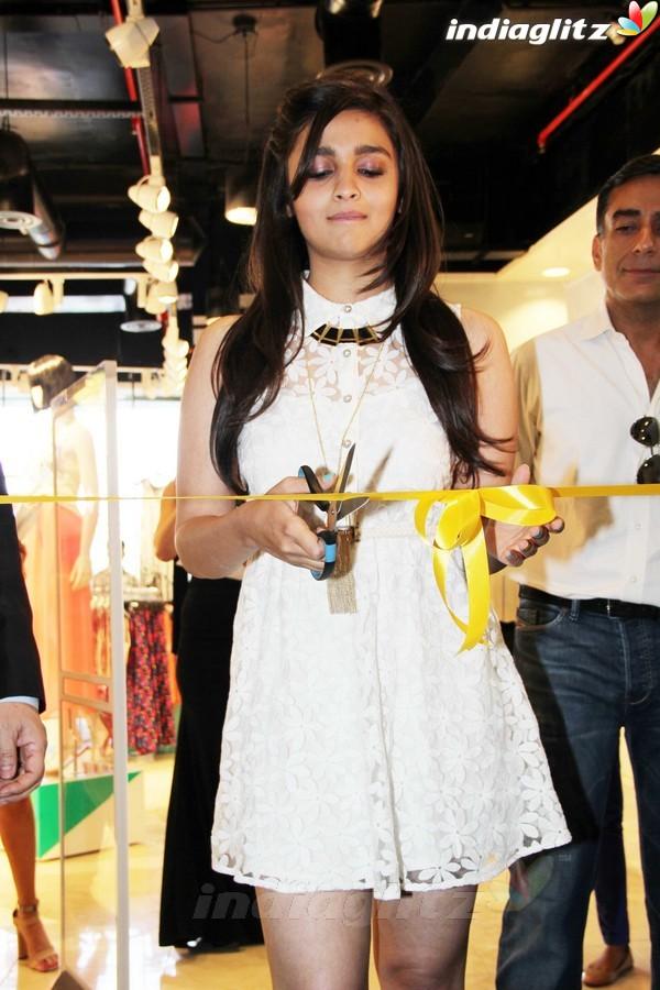Alia Bhatt Launches Forever 21 Store Aalia221