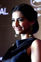 Sonam Kapoor Unveils L'oreal Sunset Collection - Страница 2 56wiph10