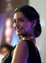 Sonam Kapoor Unveils L'oreal Sunset Collection - Страница 2 U7kdrm10