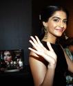 Sonam Kapoor Unveils L'oreal Sunset Collection - Страница 2 Wz955k10