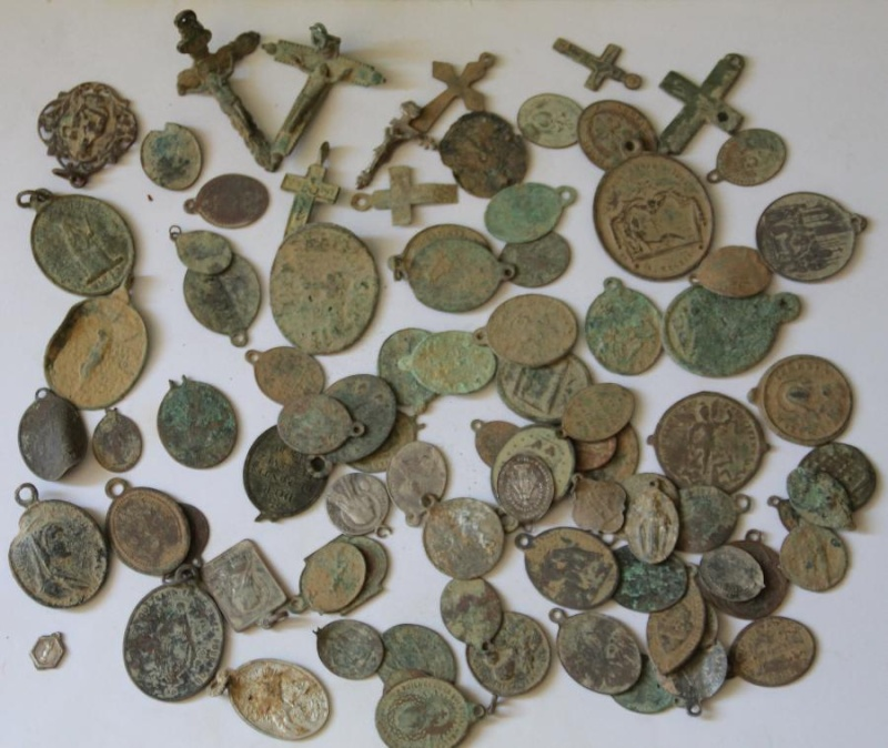 Lot de médailles et crucifix Imgser10