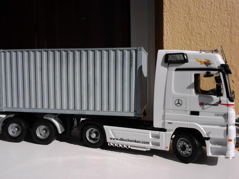 "Italeri Mercedes Benz Actros mit 2x20"" Container Foto0514"