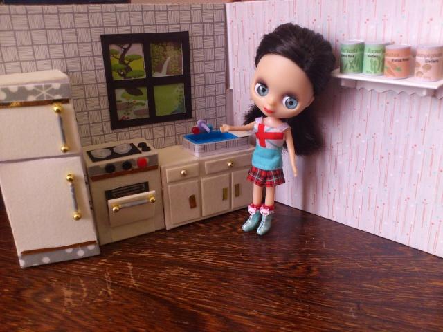 Mini maison tout récup pour mini poupées (12 cm) Dsc_0031