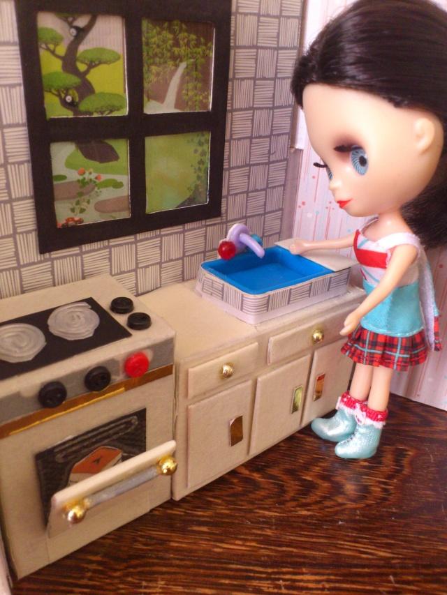 Mini maison tout récup pour mini poupées (12 cm) Dsc_0036