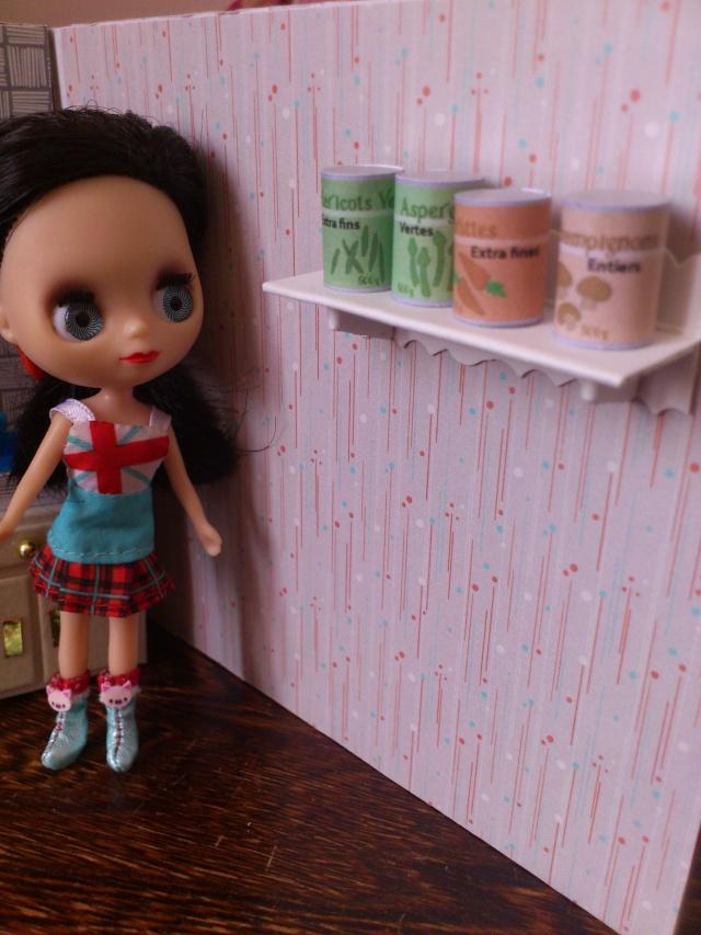 Mini maison tout récup pour mini poupées (12 cm) Dsc_0037