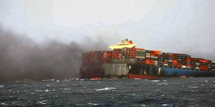 غرق سفينة تحمل اسلحة متوجهة للارهابيين في سوريا  27043612