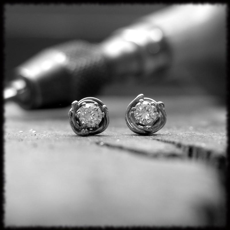 Clous d'oreille or gris et diamants Clous_10